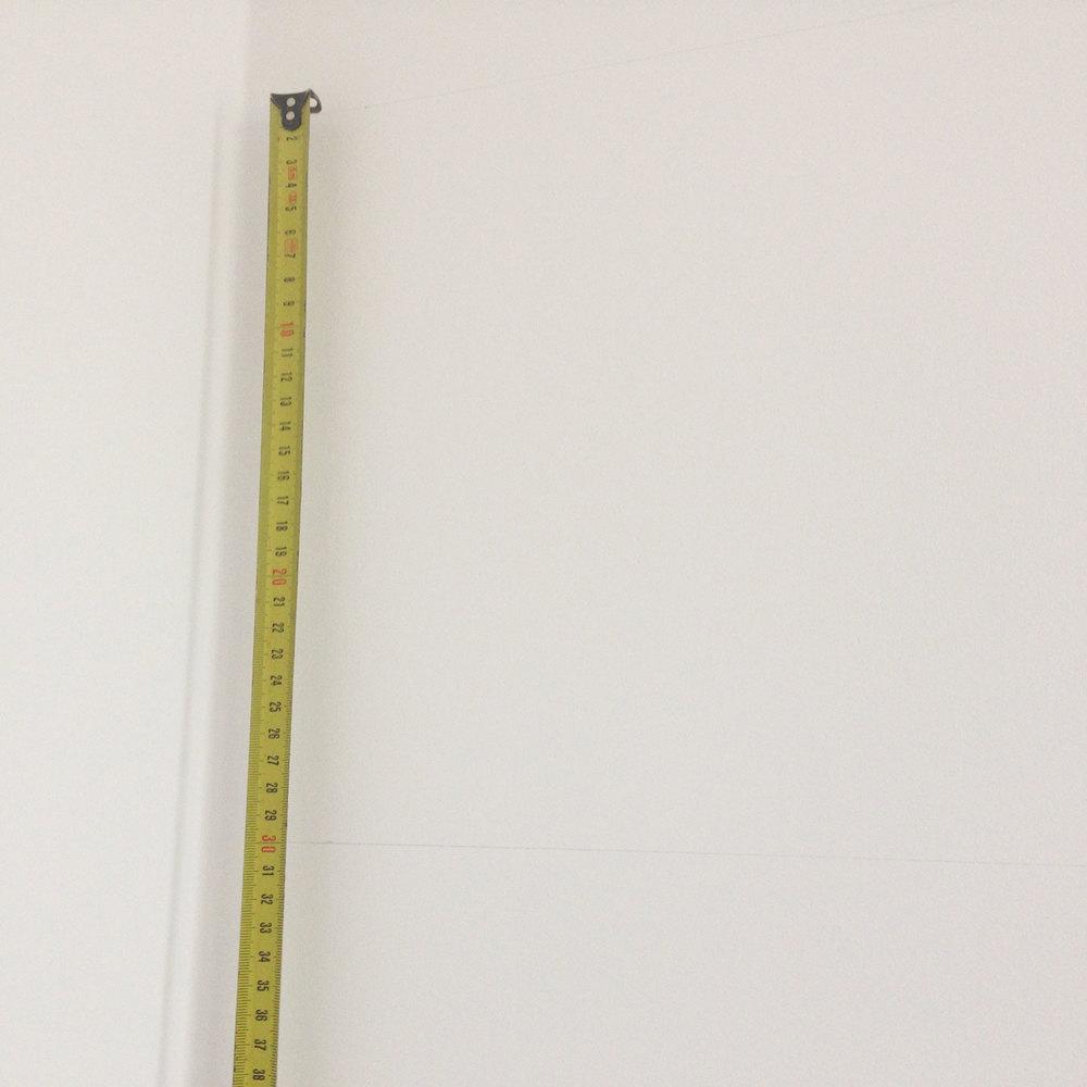- 1 - mierzymy wysokość ściany, odejmujemygrubość podłogi (panele 2cm) oraz wysokość listwy przypodłogowej (u mnie 8cm) i dzielimy na nieparzystą ilość pasów. należy pamiętać, aby pasy były nieparzyste, ponieważ na górze i na dole pasy powinny być w kolorze odcinającym całość od podłogi i sufitu. niedobrze wyglądałoby, gdyby ściana kończyła się białym pasem, czyli zlewała się z kolorem sufitu. Moje obliczenia: wys. ściany = 280cm -2cm - 8 cm = 270cm dzielę na 9 części, aby uzyskać grube pasy, wychodzi pas wysokości = 30cm  - 2 - odmierzamyna ścianie i zaznaczamy ołówkiem pasy odpowiedniej wysokości. pierwszy pas ma wysokość 40cm, kolejne 8 pasów - wysokość 30cm.