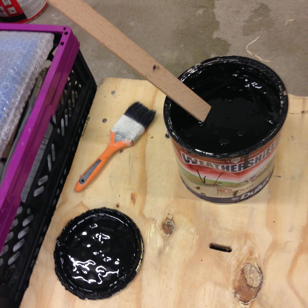 | 10 | pomalowaliśmy drabinę farbą Dulux Weathersine, którą mamy już od wielu lat, jeszcze przywiezioną z angli. w polsce jej nie znalazłam. ale to farba z połyskiem, do drewna i metalu, do użytku na zewnątrz. jest bardzo trwała i mocna. długo schnie,ale ma piękny połysk. kiedyś malowałam nią szklany wazon i skrzynkę na klucze. Przez lata nawet nie odprysła w jednym miejscu.