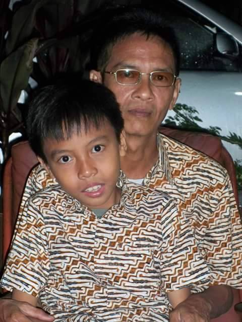 Aan and his youngest son, Izwan...twins
