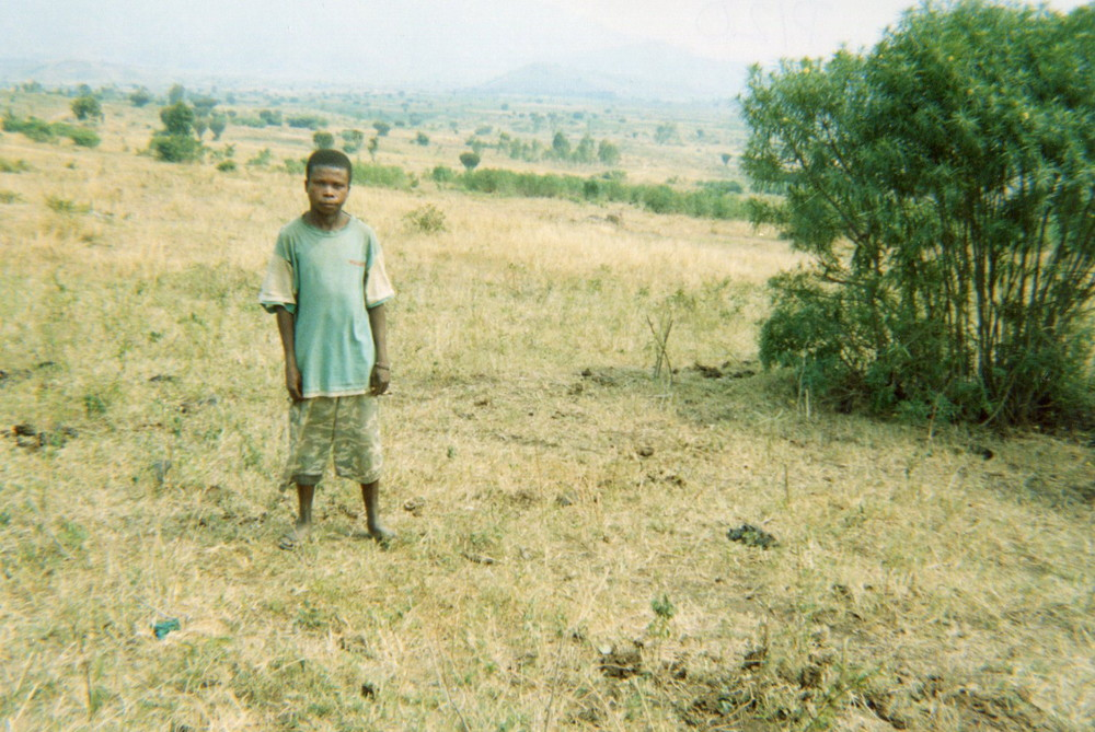 This photo shows how children who have left armed groups become isolated from their communities and how after their liberation they are often left without support.