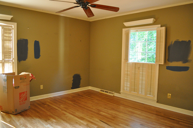 This was the guest bedroom. The worst color ever. I tried several colors on the wall, but didn't chose any of them.
