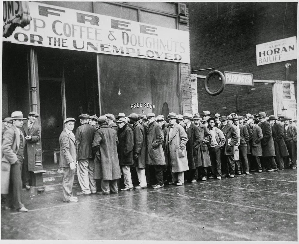 Arbeidsløse menn utenfor et suppekjøkken i Chicago sponset av Al Capone.