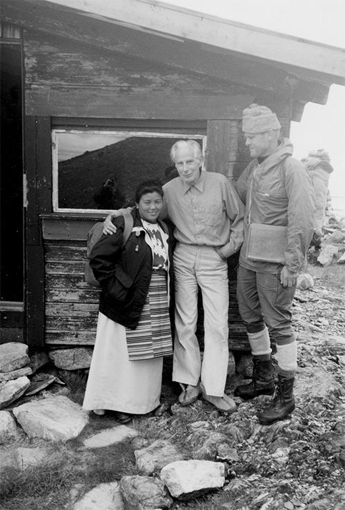 Fra filosofiprofessor Arne Næss' hytte på Tvergastein (1505 moh.) i 1980 eller -81 i anledning besøk av Pasang, en av de to sherpaene som deltok på Ferden til Tseringma 1971. Pasangs kone er kledd i sherpani klær og Pasangs ekspedisjonsjakke, Arne i sitt hyttenatrekk og Nils i naturfiber fra topp til tå – luen er strikket i en sherpalandsby av kortreist ull. (Les mer i  Friluftsboka )  Foto: Ingebjørg Nordby Seim