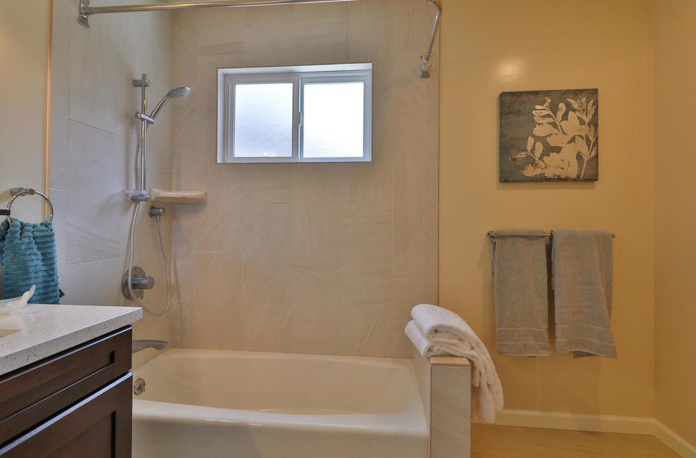 40 Escanyo Dr South San-large-020-10-Bathroom-1500x987-72dpi.jpg