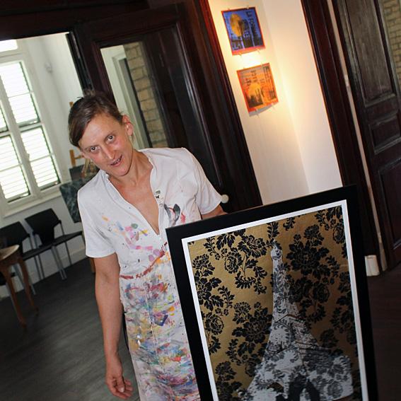 """Miriam Schwamm   Artiste plasticienne, née en 1971 à Munich en Allemagne, Miriam vit et travaille en Nouvelle-Calédonie depuis 1991. Aux expositions personnelles et collectives, s'ajoute depuis 2010 la création d'événements artistiques ponctuels. Pour la troisième année en tant que commissaire, elle coordonne un des rares espaces d'expositions alternatifs & bénévoles de Nouméa, """"Le mur du 21"""" (une exposition par mois).  Son travail utilise des mediums et techniques divers : dessin, peinture, gravure, sculpture, illustration, installation et performance.  Miriam aime raconter des histoires dans son travail, parfois provocateur, souvent avec humour.  Sa recherche actuelle concerne les patrimoines et leurs métissages, les dissonances entre la nature et la société actuelle.  Sa condition d'étrangère ici et là bas l'amène à la quête de créer des passerelles entre les civilisations."""