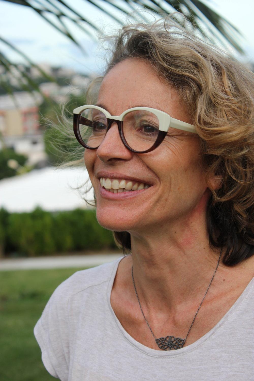 """Anne Peytavin   Anne Peytavin est née en 1967dans l'Yonne. De son enfance dans la campagne, marquée par le rythme des saisons et du végétal, elle a gardé un fort attachement aux environnements naturels. Sa grand-mère, """"passeuse"""", lui a transmis son regard émerveillé sur le monde, cette capacité à saisir la magie et la poésie du quotidien et du monde environnant. Très tôt, elle part vivre de par le monde : Madagascar, Afrique de l'Ouest, Canada et enfin la Calédonie où elle s'installe en 2011. Elle en ressort l'âme métissée, le regard nourri de ces différents espaces et des rencontres humaines et artistiques, qui ont ponctuées son chemin.  Plasticienne, elle travaille la matière et la couleurdans des créations mixed medias et des installations où les matériaux recyclés et détournés, collés, assemblés, dessinés et peints, cherchent à traduire cette poésie du rebut et l'émerveillement du quotidien. Elle s'approprie des techniques traditionnelles, imprime sur tissu, kraft ou carton ondulé, cherchant à faire apparaître la magie des liens.  Son oeuvre est porteuse d'une dimension spirituelle qui fait lien. Pour elle, la vie et la mort, de même que l'homme et le végétal ou le visible et l'invisible, ne sont pas séparés. La création plastique sert à réenchanter le monde. Son engagement d'artiste vise aussi à sensibiliser le public à l'importance de la conservation des patrimoines naturels et culturels que la logique économique à court terme menace partout.  Elle croit en une mobilisation citoyenne portée par une prise de conscience à laquelle l'art participe activement."""