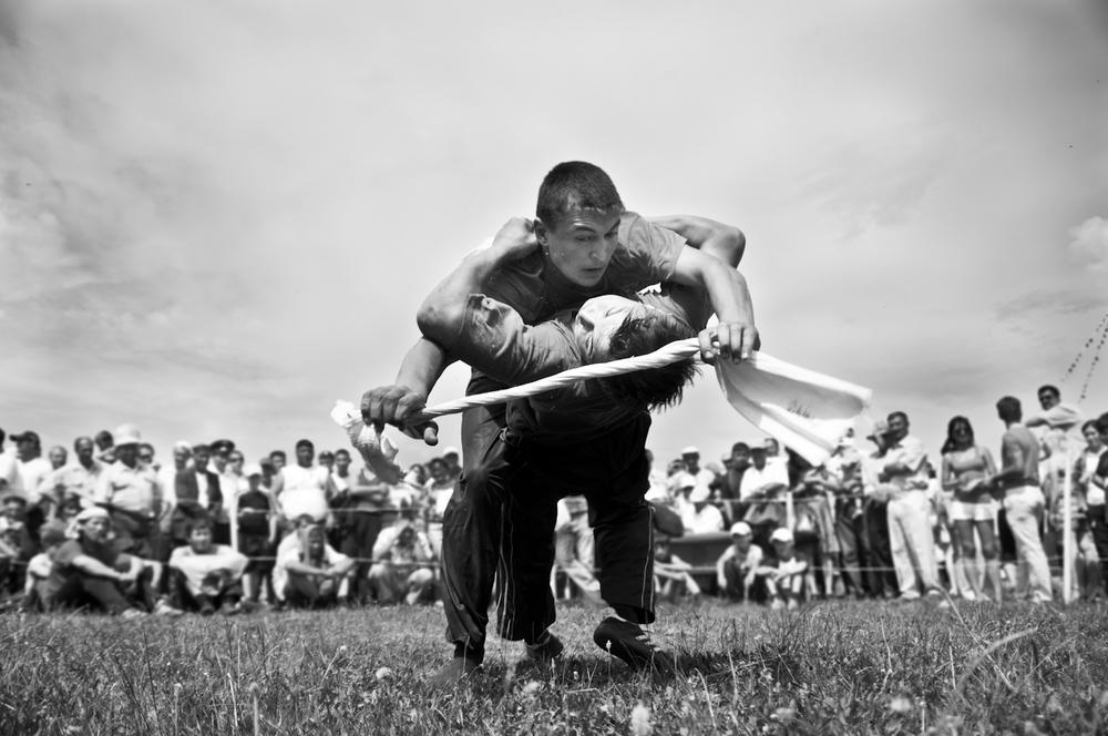 """Yarışmada Tijen Erol'un Mansiyon ödülü alan """"Wrestlers"""" adlı fotoğrafı…"""