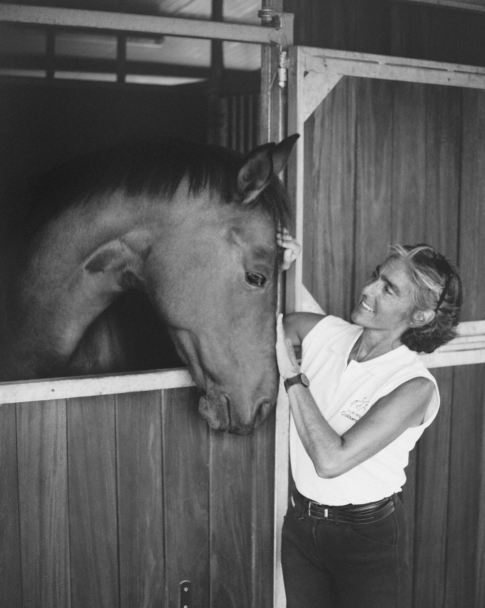 Dolores con caballo en box.jpg
