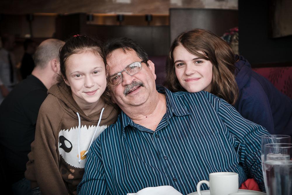 Grand-papa et ses deux petites filles :)