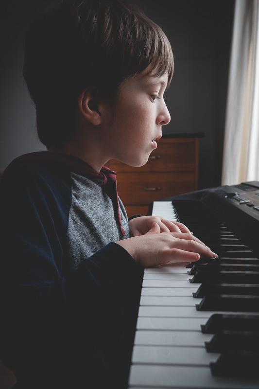 Etienne a commencé à apprendre le piano par lui-même. Edith lui a montré quelques trucs mais il progresse vraiment bien. C'est aussi un bon endroit pour commencer à tester le Fuji X-A5... hehe.