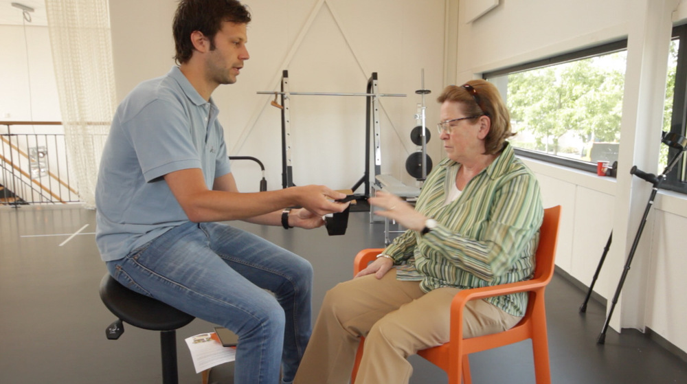 Physiotherapist using the biocoach with a patient