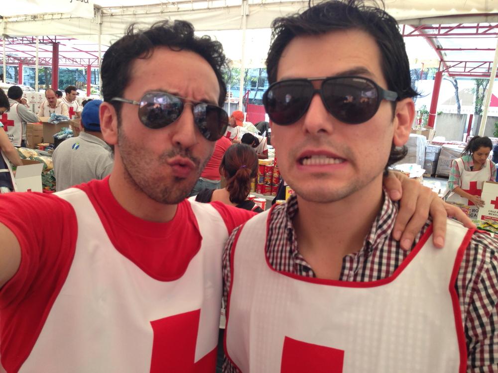 Mi amigocho @alan_estrada y yo tomándonos un break de la empacada de sardinas.