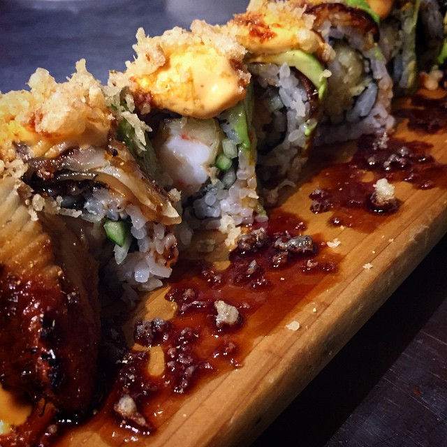 "This one's to die for! ""Hana Roll"" by sushi chef Brady: Shrimp tempura, kaiware and cucumber roll, topped with Unagi, avocado, spicy aioli, kabayaki and garlic tempura crunchies #threesspecials #threesbarandgrill #sushiporn #soono #live #love #surf"