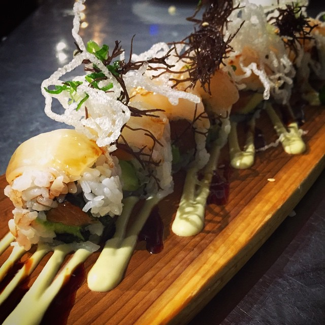 "Try the ""Deep Sea Roll"" by sushi chef Tom: a salmon and avocado roll topped with fresh deep sea scallops, Hawaiian ogo, crispy rice noodles, and drizzled with wasabi aioli and kabayaki sauce! #threesspecials #threesbarandgrill #sushiporn #soono #live #love #surf"