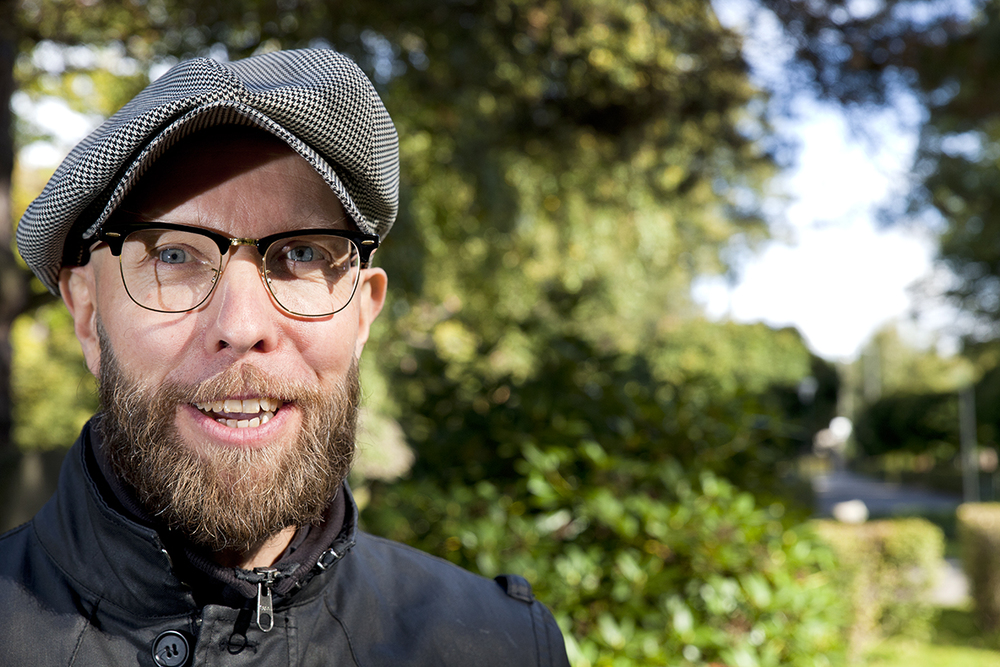 Anders Ögren, full av berättelser om Norra begravningsplatsen i Solna.