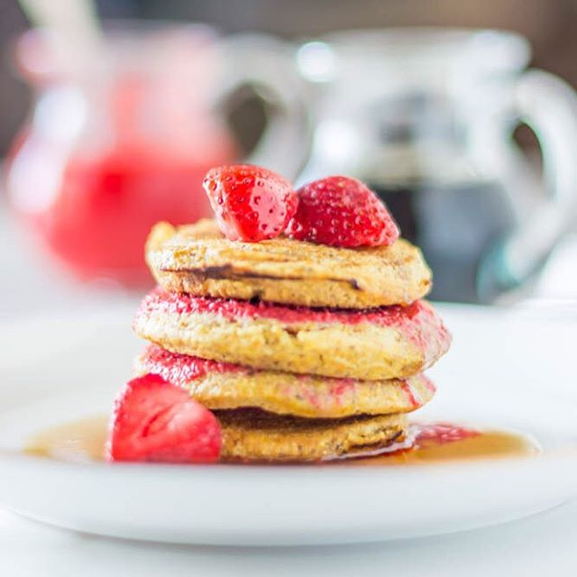 Cornmeal Griddlecakes with Strawberry Puréed Syrup - it's like a cornbread pancake hybrid 🙋😋🍓 👉🏻#glutenfree #recife #recipe #recipeoftheday #health #healthyfood #breakfast #dairyfree #pancakes 👈🏻 SEE FULL POST ON #COREENMURPHY.com - 1 C gf all purpose flour, 1 C cornmeal, 2 t baking soda, 2 t baking powder, 2 T flaxseed, 1 t salt, 1 C water, 2 T maple syrup, 2 eggs