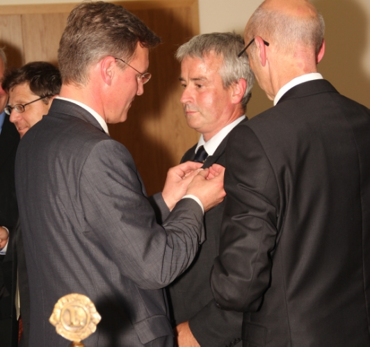 Pastpräsident Hans-Jörg Lemke überreicht die Präsidentschaftsnadel an Jürgen Hofferberth