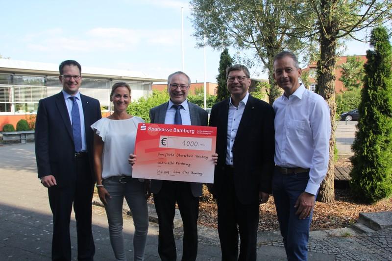 Bei der offiziellen Scheckübergabe bot sich dem Schulleiter die Gelegenheit, sich im Namen der Schüler für die Unterstützung durch den LIONS Club Bamberg zu bedanken.