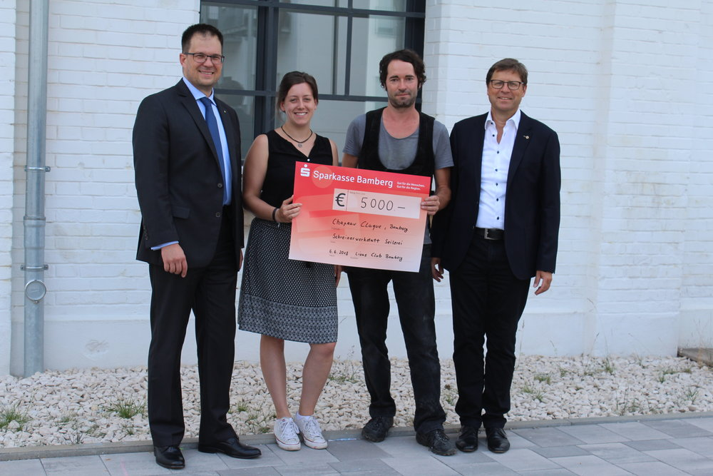 Freuen sich über 5.000€: Miriam Nastvogel und Martin Klerner, überreicht vom Präsidenten des LIONS Club Bamberg, Dr. Stefan Salzmann und Dr. Michael Eigner.