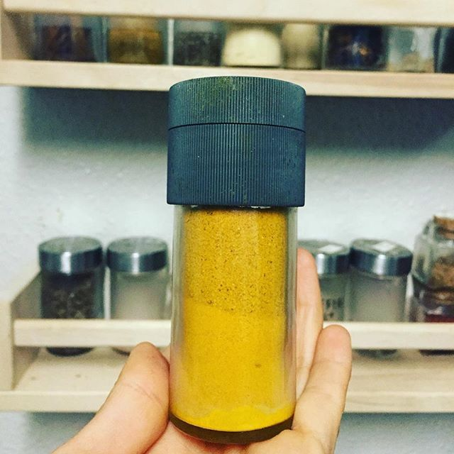 I ❤️ turmeric for its positive effects on the body and brain, it's unique flavor and it's gorgeous shade of yellow. It contains curcumin, a compound with medicinal properties and has been used in India for thousands of years as a spice and medicinal herb. It has been shown to ✅ decrease inflammation ✅improve brain function ✅aid in lowering the risk of heart disease ✅prevent cancer ✅prevent Alzheimer's disease ✅delay aging ✅fight depression  Try sprinkling some onto your food daily or grinding the root up to make tea or add as a flavoring for soups. ☺️ #nutrition #turmeric #medicinalherbs #paleo #spices #indianspices