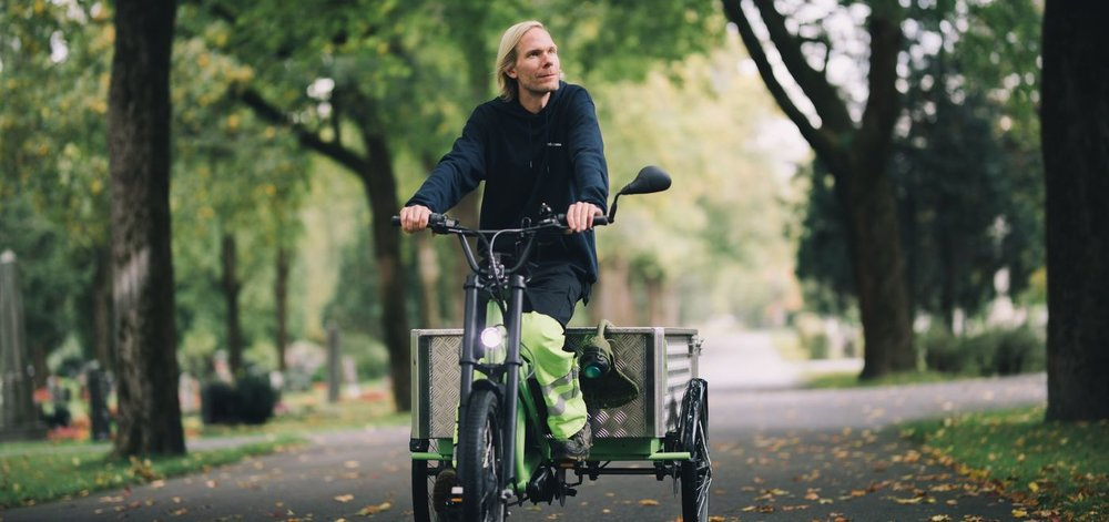 Magnus' kollegaer var redde for at syklene ville stå ubrukt. Nå er de det foretrukne framkomstmiddelet på gravlunden. Foto: Hampus Lundgren/ Redink.