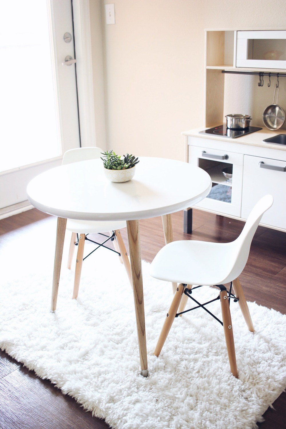 HelloLovelyLiving.com | DIY Furniture   Kids Scandinavian Tripod Table
