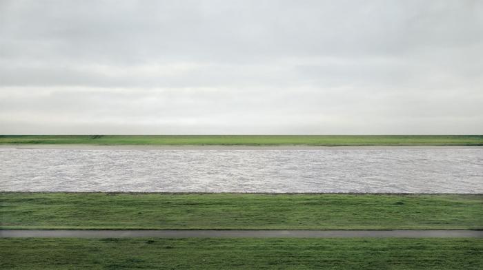 Andreas Gursky'nin Rhein II adlı tablosu 4,3 milyon dolara açık arttırmada alıcısını bulmuş.