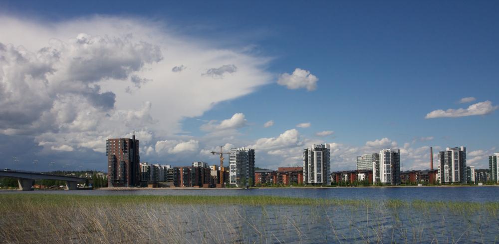 Lutakkoa Jyväsjärven suunnalta kuvattuna. Rannan tornitalot ovat keskeinen osa kaupungin ilmettä. Vasemmalla Kuokkalan silta.