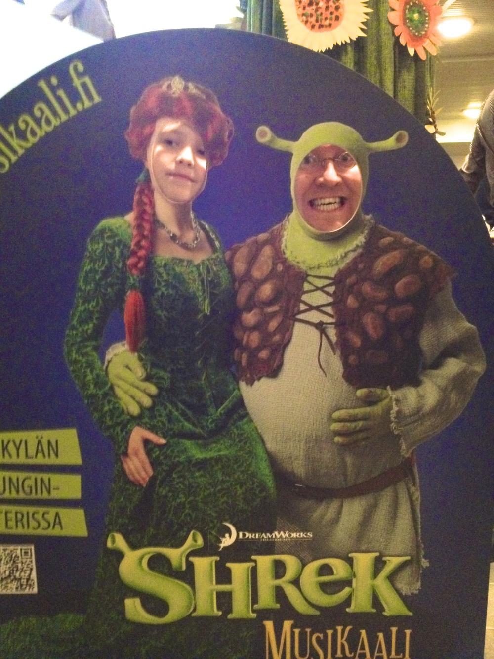 Kuvassa prinsessa Fionana Sinna (9v). ja Shrek-jättinä asukasyhdistyksen pj Erkka (31v).