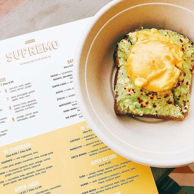 turmeric poached huevo on palta🥑 @supremoboston #brunch #avocadotoast #buenasvibes #visitsupremo #visitjugos 📸creds: @eatsandscenesnewengland