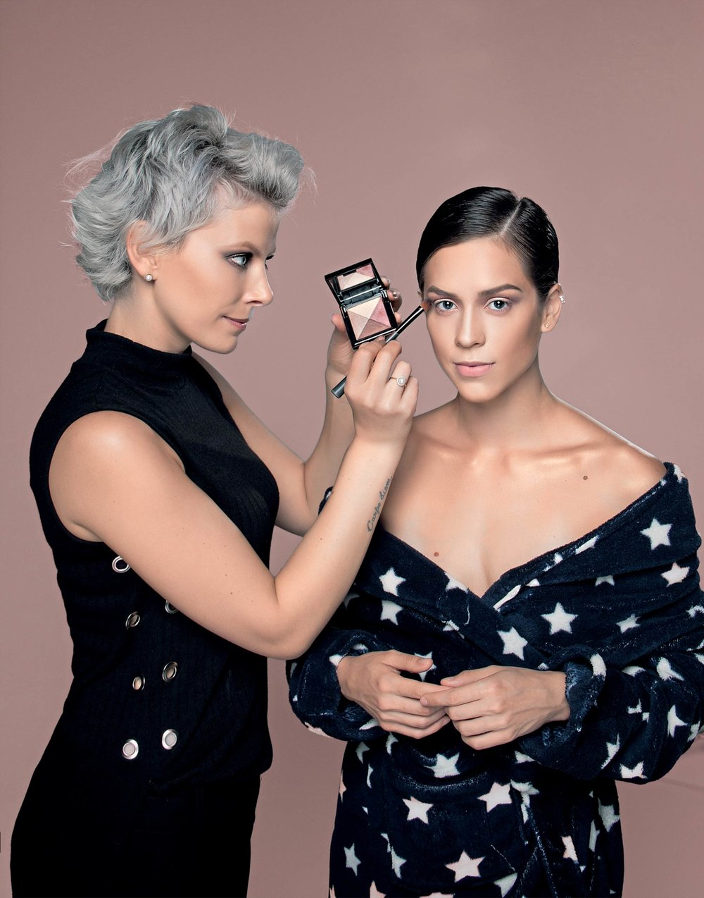 Aprenda com a   premiada maquiadora    Cursos e workshops