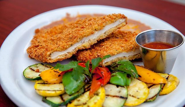 When life gives you lemons, make Pollo Milanesa @cincooaxacan #losangeles #comidamexicana #pollo #milanesa #yum