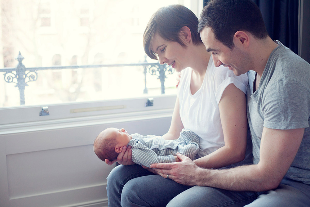 lifestyle photography family with newborn