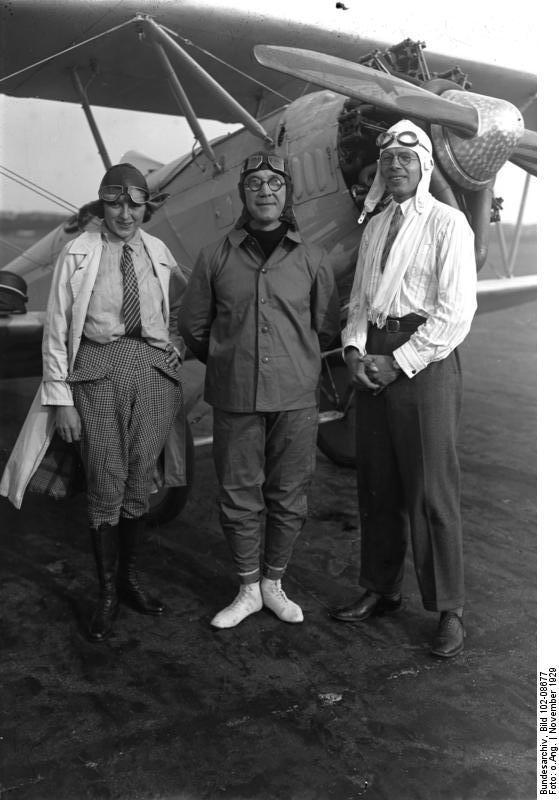 Bundesarchiv_Bild_102-08677,_Prinz_Eugen_zu_Schaumburg-Lippe_bei_Flugvorführung.jpg
