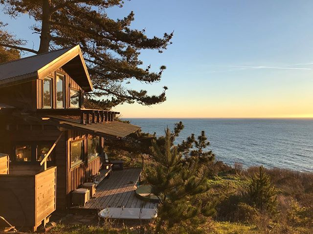 the nest cabin (2011) right on the edge. Its nice to come back, spend time with good friends and build again. #tinyhouse #pacificocean #homeagain #cabin #cabinporn