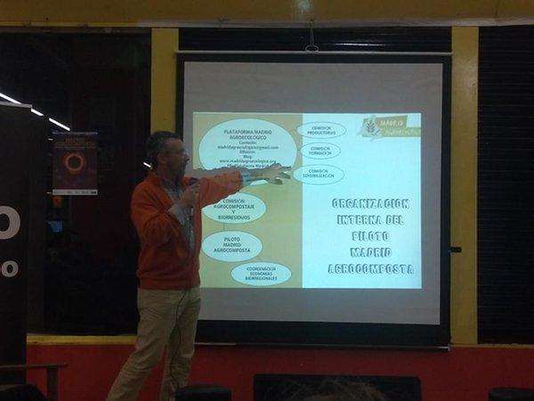 Presentación del proyecto en el Mercado de San Fernando el 9 de marzo. En foto, Franco Llobera, experto en desarrollo agroecológico, economía circular y sistemas agroalimentarios