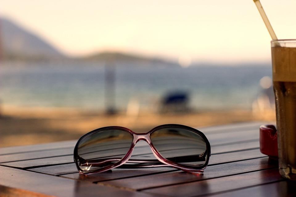 Hasta que la capa de ozono no esté recuperada del todo no os olvidéis que tendremos que seguir usando gafas de sol con protección de rayos ultravioletas y cremas protectoras de factores altos