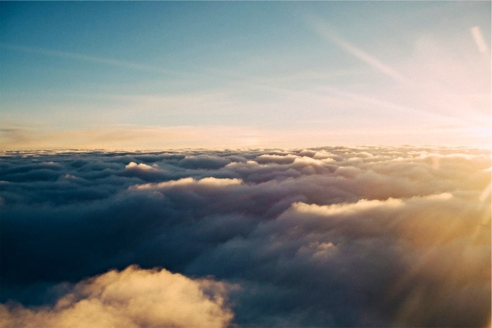 Por encima de las nubes y haciendo de barrera frente a la radiación ultravioleta tenemos a la maravillosa capa de ozono