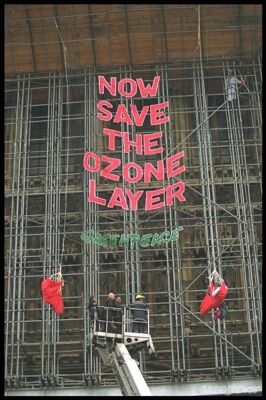 Protesta de Greenpeace en las Casas del Parlamento, Londres, por la continuada producción y uso de químicos destructores del ozono. Abril 1.992