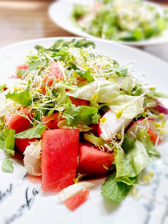 Absolutamente apetecible con estos calores, la sandía en ensalada nos aporta muchísima agua
