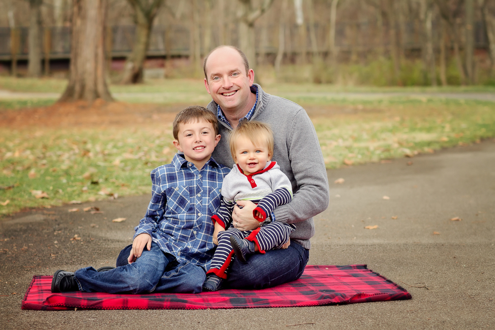 a Cincinnati father poses with his children at Sharon Woods during a photo session with Samantha Sinchek Photography