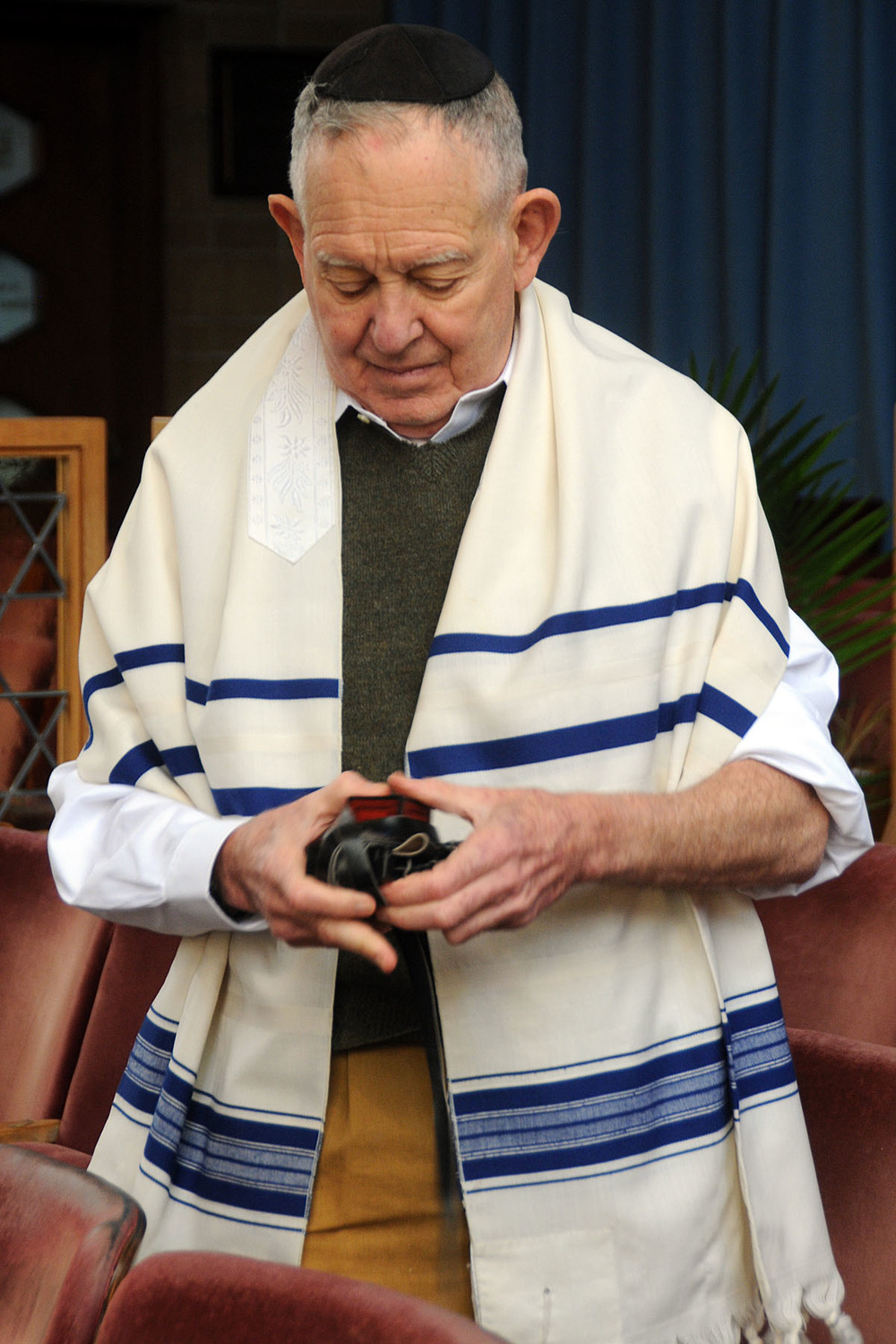 Dr. Harold Keltz wraps his teffilin after prayers