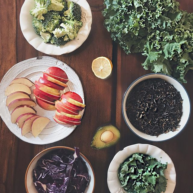 ✨ Meal Planning ✨ Weekends are for 'me' time and prepping for those #tupplunch moments for the week ahead. I like to prepare some wild and brown rice in bulk. I'll also chop up kale, cabbage, sweet ps, broccoli, celery and apples. You can even roast or steam some veg ahead of time so when the time comes you can sautée everything together and save time on the prep. . . . . Do you have time saving tips when it comes to your meal prep? 💕💕💕