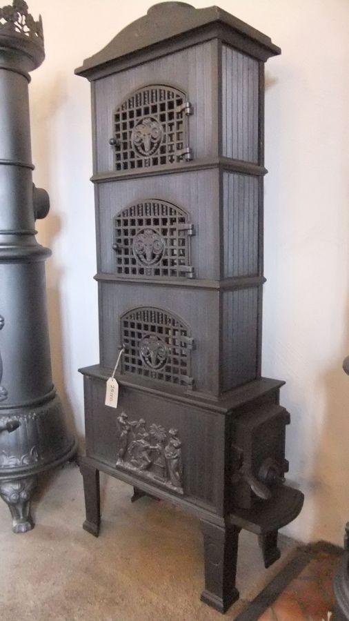 Drammens Jernstöberi    Etagekamin från Norge, 1920-tal. I den våningsbyggda kaminen så tar den  uppvärmda röken en lite längre stund på sig innan den lämnar  kaminen.Bakom de tre luckorna med vädurshuvuden finns det  kokplattor.Anslutning upptill.  Pris: 25.000:-