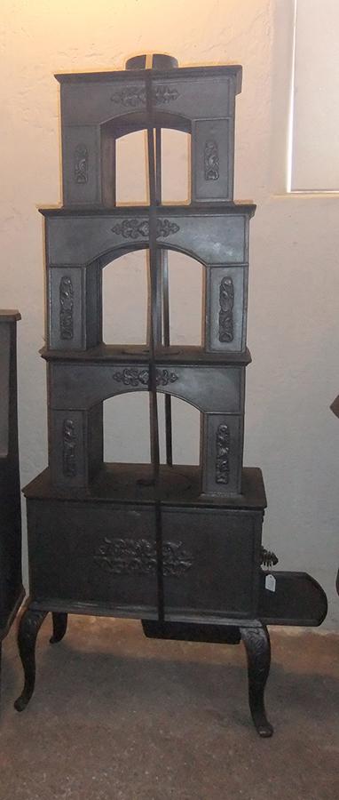 Gjovik Stobert No 8   Kamin byggd i flera etage, frånGjovik gjuteri i Norge, 1900-talets början. Flera kokplattor. Kaminen anslutes upptill.