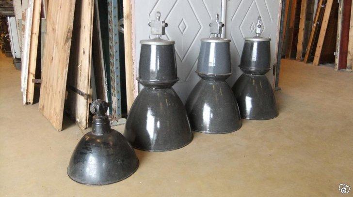 Lampor från en gammal industrilokal