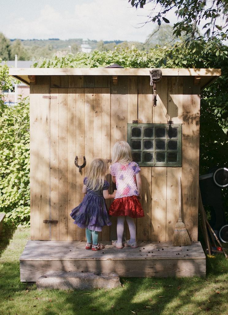 Lekstuga Rut och Gretas lekstuga har fått fönster från Hus till Hus.