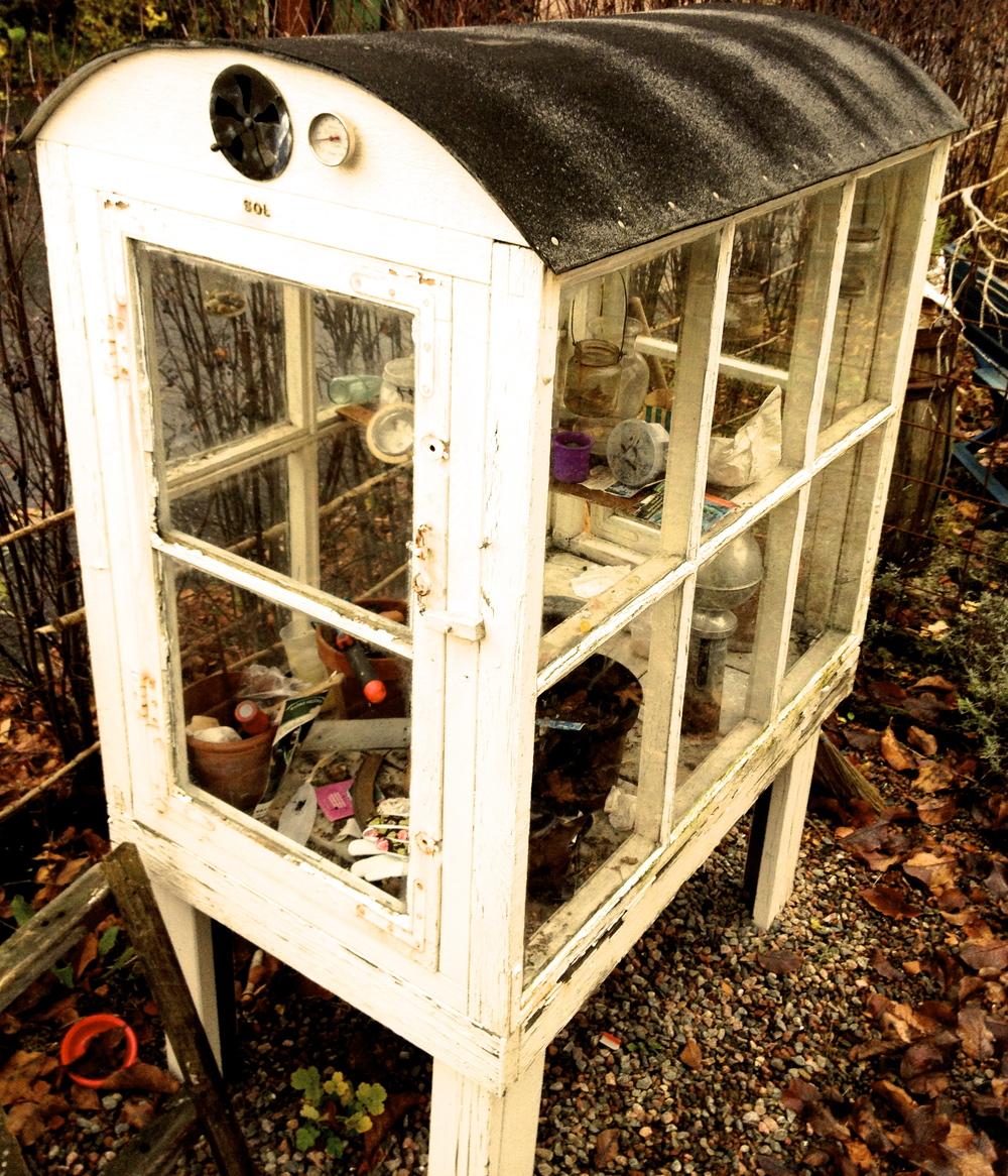 Mini-växthus   Här har vi fått en bild där kunden använt sig av gamla fönster för att göra ett litet växthus.
