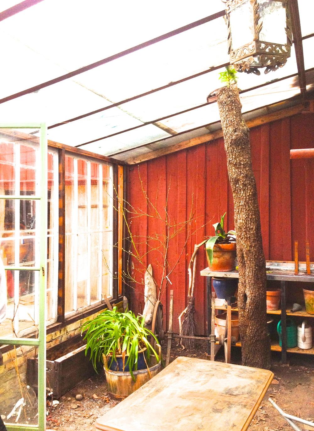 """Växthus   Här, ett annat växthus för fina stunder. Här har man använt stora fina spröjsade fönster till väggarna och armerade glas och """"räls"""" för taket."""