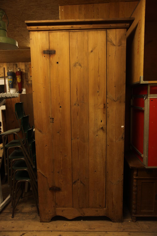 Elegant gammalt träskåp VI har en rad olika produkter i denna kategorin. Välkommen in i butiken och på vår webshop.